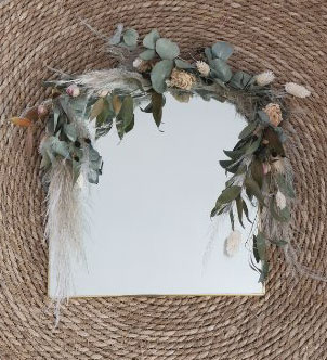 Miroir carré décoré de fleurs séchées