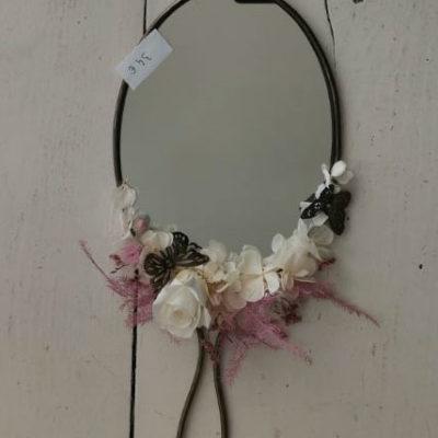 miroir ovale décoré de fleurs séchées