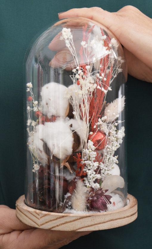 cloche de fleurs séchées rouge