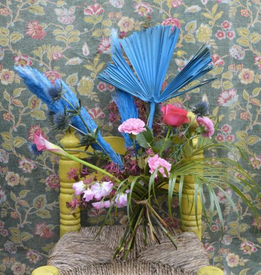 Bouquet de fleurs fraîches aux tons roses et bleus