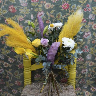 Bouquet de fleurs fraîches aux tons jaune et parme