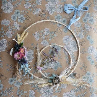 Couronne de fleurs séchées avec un double cercle