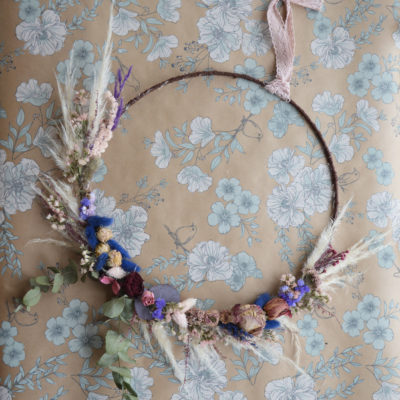 Couronne e fleurs séchées aux tons violets et bleues