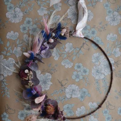 Couronne de fleurs séchées aux tons violets et roses